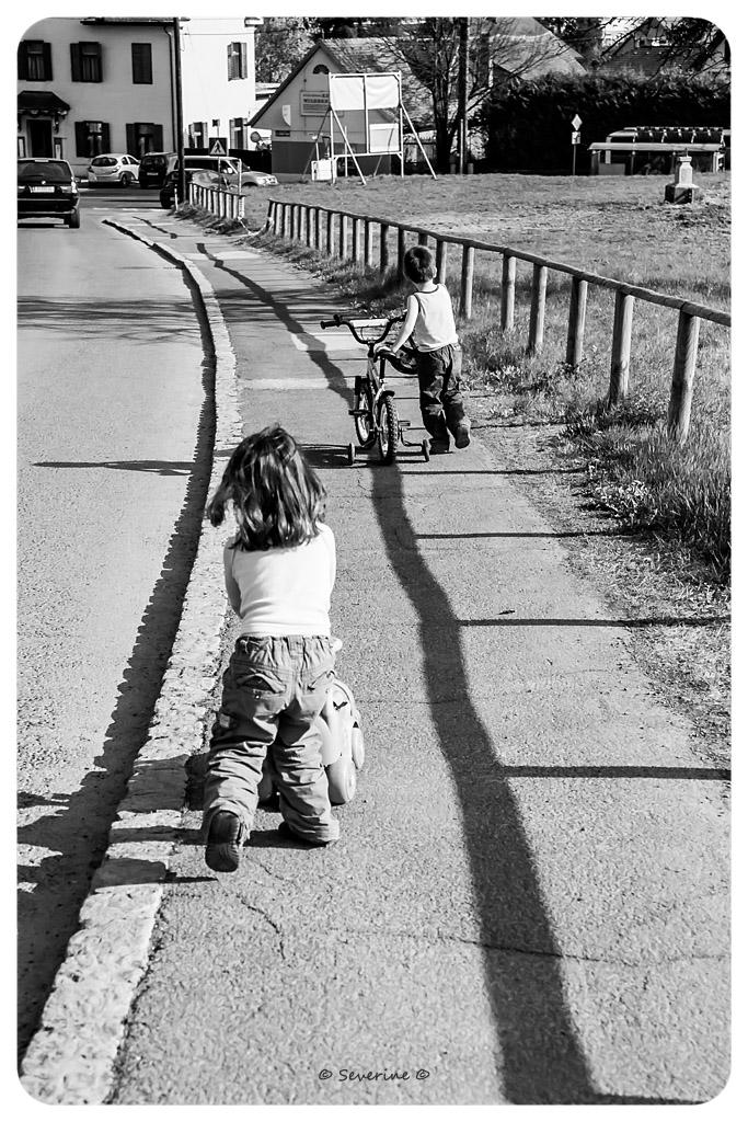 http://fredetsev.eu/imagespourblog/enfants_promenade_02.jpg